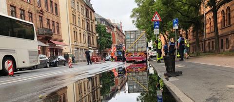 Die Feuerwehr spülte den Sirup mit Wasser ab.