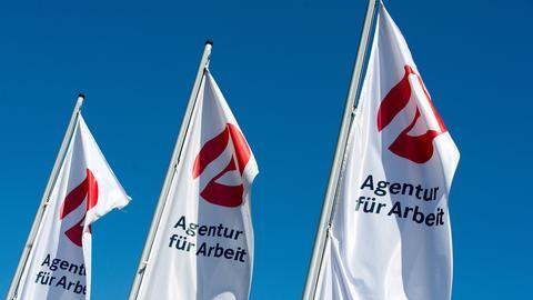 Drei Fahnen mit Logo und Schriftzug Agentur für Arbeit