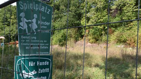 Der Kinderspielplatz ist wegen der Arsen-Belastung seit langem eingezäunt.