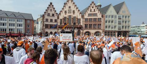 Ärzte der zentralen Kundgebung der Ärztegewerkschaft Marburger Bund am Römerberg.