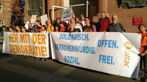 Attac-Aktivisten vor der Frankfurter Paulskirche