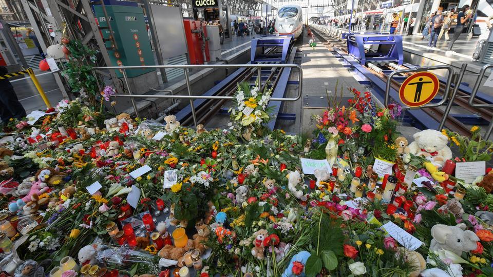 Blumenmeer nach der Attacke am Hauptbahnhof Frankfurt