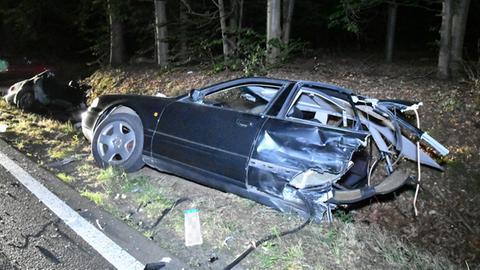 Der zesrtörte Audi im Straßengraben.