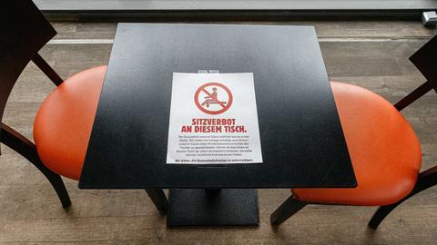 Corona-Maßnahmen: Sitzverbot an diesem Tisch im Restaurant