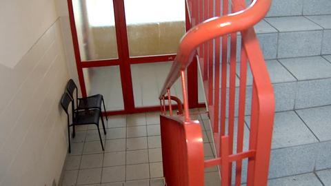 Derzeit ohne Aufzug, aber mit Stühlen im Gang: Hochhaus in Maintal