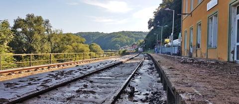 Schlamm und Geröll auf den Gleisen in Aumenau