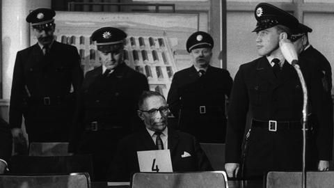 Der Angeklagte Wilhelm Boger sitzt bewacht vor Gericht.