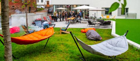 Außenbereich des Azubi-Campus Pings Fulda mit viel Freizeitfläche und Sitzmöbeln im Garten