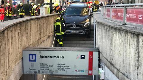 Auto steht auf Treppe an U-Bahn Eschenheimer Tor