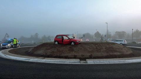 Auto Landet Im Nebel Auf Kreisel Hügel Beratungen Zu