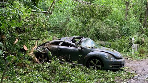 Ein Auto steht inmitten des sturmbedingten Chaos auf der B8 im Taunus.