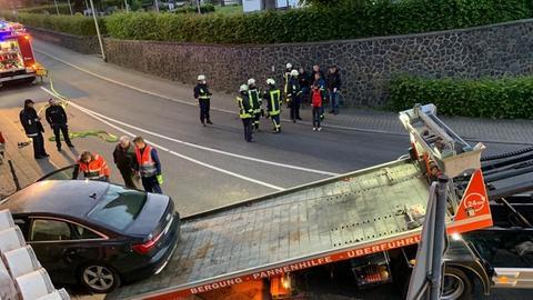 Das Unfallauto wird abtransportiert.