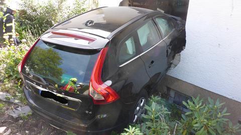 Auto steckt in Hauswand