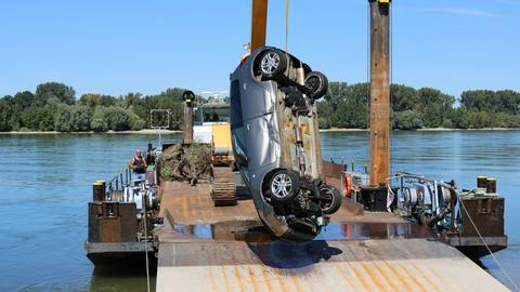Auto hängt am Hebekran eines Bergungsschiffes