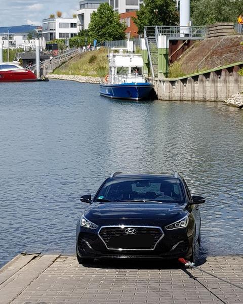 Der versenkte Wagen wird mit einer Seilwinde aus dem Wasser gezogen.