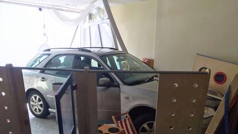 Auto fährt in Kita-Spielzimmer