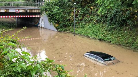 Auto in überschwemmter Unterführung in Heppenheim
