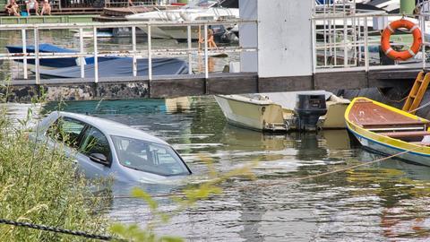 Das Auto ist zu Zweidritteln unter Wasser.