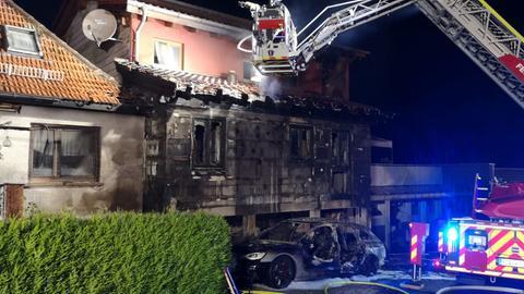 Ein Autobrand greift im südhessischen Birkenau auf ein Wohnhaus über