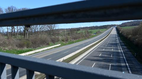 Die A7 südlich von Kassel, eine der wichtigsten Nord-Süd-Verbindungen Deutschlands, ist kurz nach 10.00 Uhr leer.