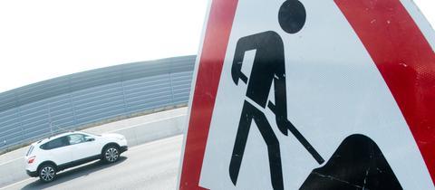 Baustellen-Schhild auf Autobahn
