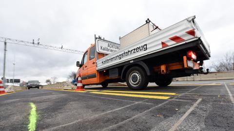 Ein Kalibrierungsfahrzeug misst die Bodenwaage auf der Autobahn A44 bei Kassel ein.