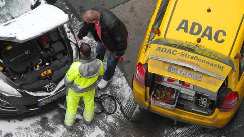 ADAC-Pannenhelfer repariert Autobatterie