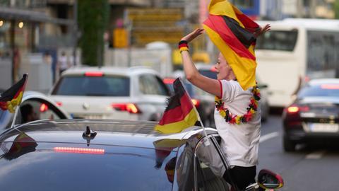 Fußballfans feiern mit einem Autokorso