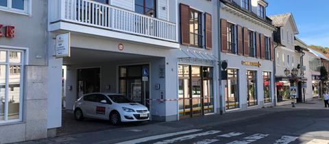 Eine Straße in Königstein: Ein Absperrband der Polizei hängt vor einer Bankfiliale.