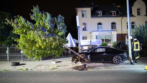 Verunglückter Sportwagen nach einem illegalen Autorennen in Bad Soden