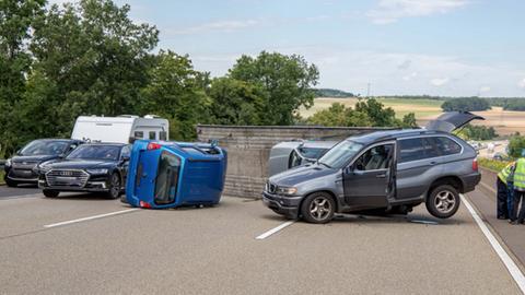 Auf der A7 sind ein Anhänger und zwei transportierte Autos mitten auf der Fahrbahn umgekippt.