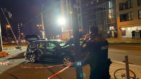 Auto steht inmitten von Trümmerteilen auf einem Bürgersteig