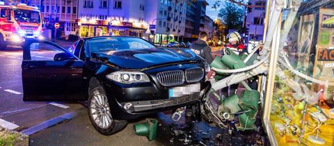 Bei einem Unfall in Wiesbaden ging ein Schaufenster zu Bruch.