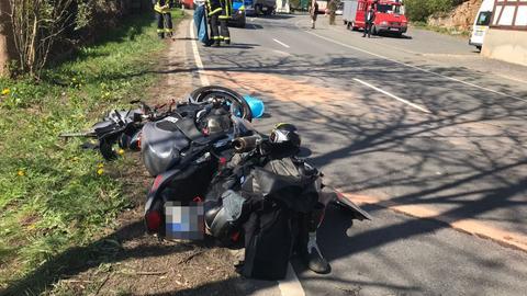 Unfall-Motorrad liegt auf der Bundesstraße