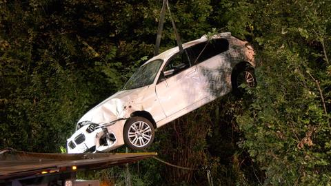 Auto wird nach Unfall auf B26 auf Lastwagen verladen und abtransportiert