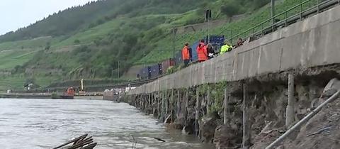Hochwasser des Rheins hat die Bundesstraße 42 zwischen Lorch und Assmannshausen unterspült