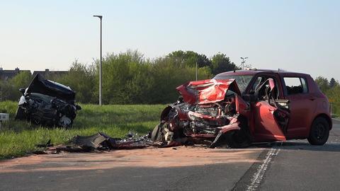 Zwei zerstörte Autos nach Frontalunfall auf der B44 bei Groß-Gerau