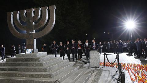 Bundespräsident Joachim Gauck (2.v.l) nimmt am 29.09.2016 in Babi Jar in Kiew mit dem ukrainischen Präsidenten Petro Poroschenko (3.v.r) an einer Gedenkveranstaltung zum 75. Jahrestag des deutschen Massenmords an den Kiewer Juden im Tal Babi Jar im Jahre 1941 teil.