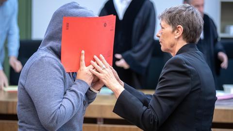 Die gehörlose Angeklagte mit einer Gebärdensprachdolmetscherin vor Gericht in München.