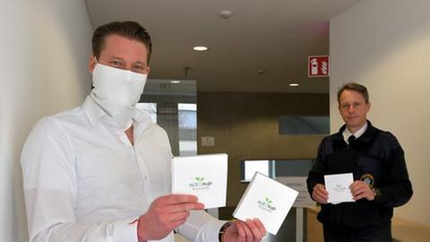 Bad Homburgs Oberbürgermeister Alexander Hetjes (links) will Schutzmasken an alle Bürger verteilen lassen.