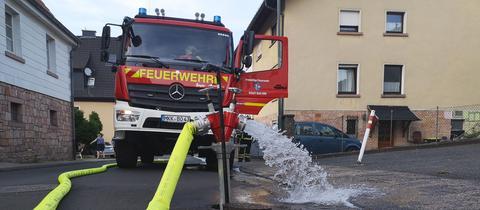 Das Löschwasser kommt mit deutlich zu wenig Druck aus dem Hydranten geschossen.
