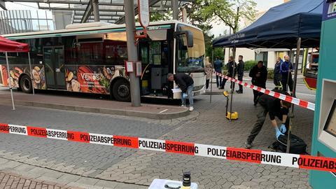 Die Spurensicherung der Polizei untersucht einen Bus.