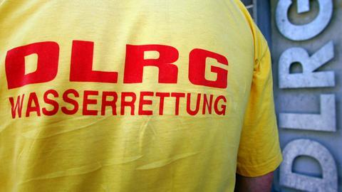 """Ein Mann trägt ein T-Shirt der Deutschen Lebensrettungsgesellschaft """"DLRG"""""""
