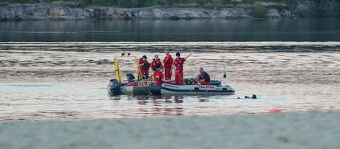 Rettungskräfte der DLRG bei einem Einsatz auf einem Badesee