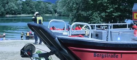 Polizei und DLRG suchen nach einem untergegangenen Schwimmer im Erlensee bei Bickenbach