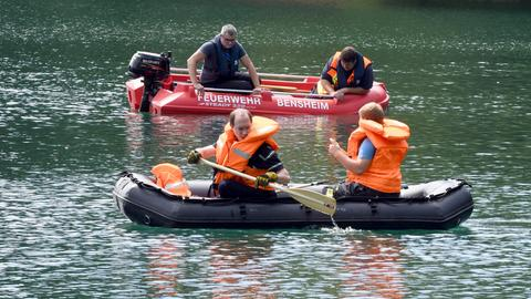 Einsatzkräfte der Feuerwehr Bensheim suchen nach einem untergegangenen Schwimmer.