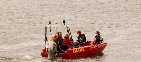 Rettungstaucher bei Biebesheim bei der Suche nach der Vermissten im Rhein