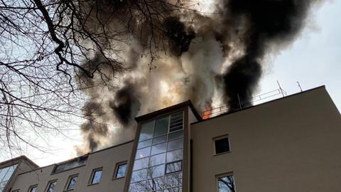 Rauchschwaden aus dem Dach des Mehrfamilienhauses in Bad Soden