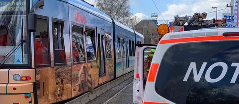 Die Straßenbahn wurde seitlich stark beschädigt.