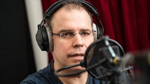 Castinggewinner Heiko Grauel am Mikrofon.